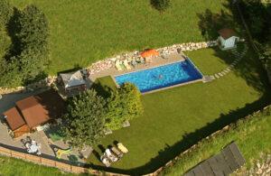 Gartenanlage Aparthotel Sonnleitn mit Pool Kitzbüheler Alpen