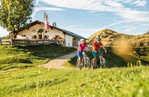 e-bike Fahrer auf der Huberalm in den kitzbueheler Alpen