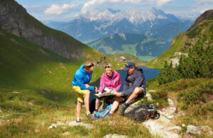 Wanderer oberhalb des Wildseelodersees in Fieberbrunn